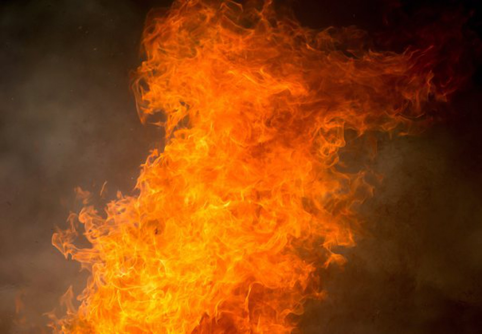 (video) Rusia: Incendiu într-un pavilion comercial cu o suprafață de două mii de metri pătrați