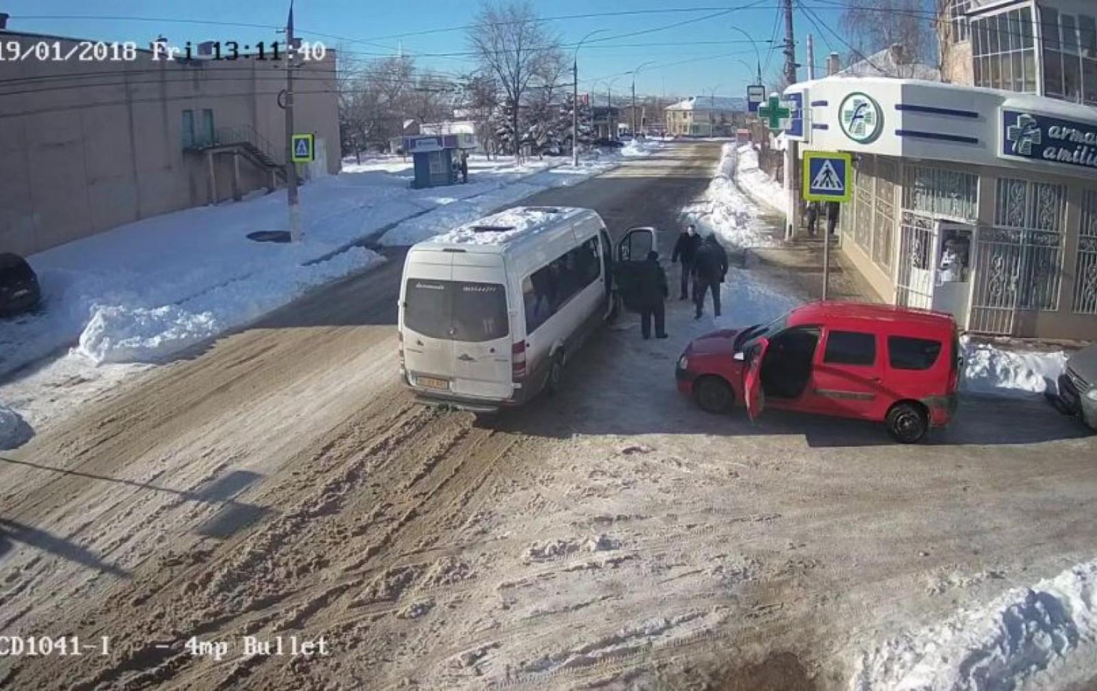 (video) Scene de box într-o intersecție din Bălți. Șoferul unei Dacii și a unui microbuz s-au luat la bătaie