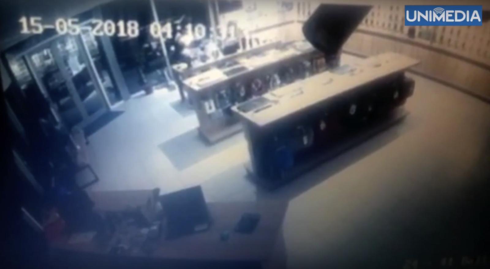 (video) Spargere record la Bălți: Un magazin din fața primăriei, jefuit timp de 15 secunde