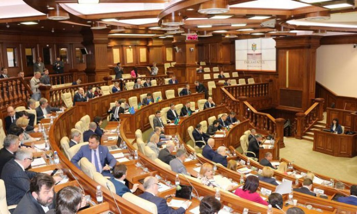 """(video) Subiectul """"referendum"""", discutat în Parlament: Batrîncea, acuzat că face campanie electorală"""