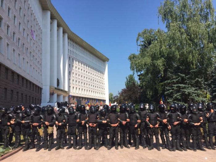 (video) Sute de polițiști, mobilizați la Parlament. Forțele de ordine au înconjurat clădirea Legislativului