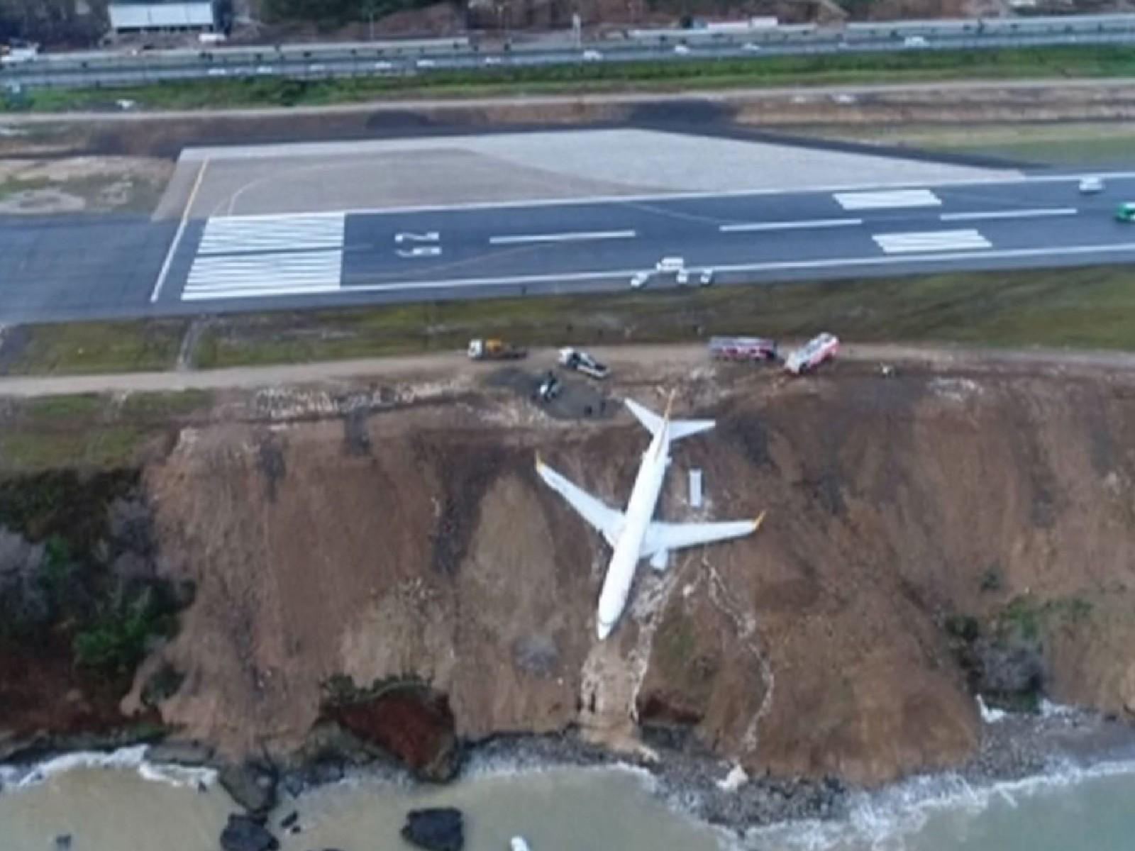 (video) Turcia: Un avion a ieșit de pe pistă și a rămas blocat în noroi, la câţiva metri de apele Mării Negre