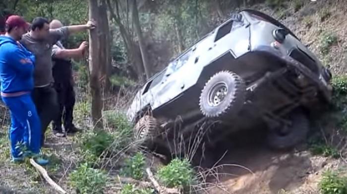 (video) Turiştii au rămas uimiţi. Șoferul unui UAZ-452 demonstrează că nu există situații fără ieşire