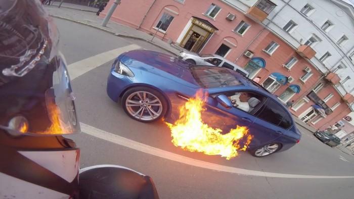 (video) Un BMW M5 F10 s-a aprins brusc pe o stradă din Perm. Vezi cum a reacţionat instant şoferul