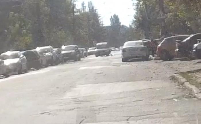 (video) Un copil de 10 ani, lovit de o mașină în timp ce traversa strada alergând. Imagini surprinse de camerele de supraveghere