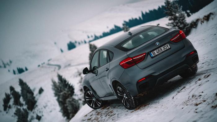 (video) Un cuplu din Moldova a cucerit zăpezile României cu un BMW. Filmuleţul i-a impresionat şi pe oficialii mărcii