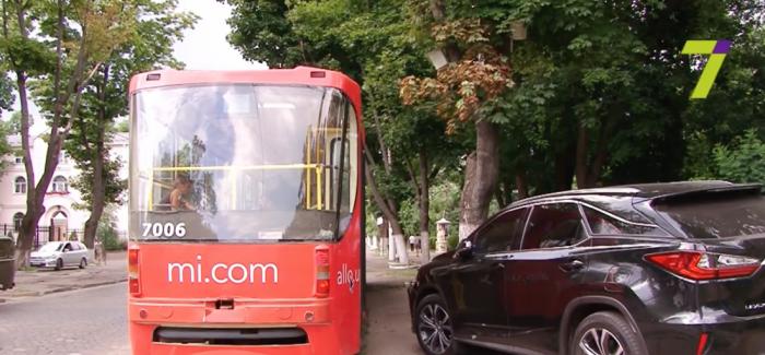 """(video) Accident neobișnuit al unui moldovean în Odessa. A intrat cu Lexus-ul său într-un tramvai: """"În Moldova nu avem tramvaie"""""""