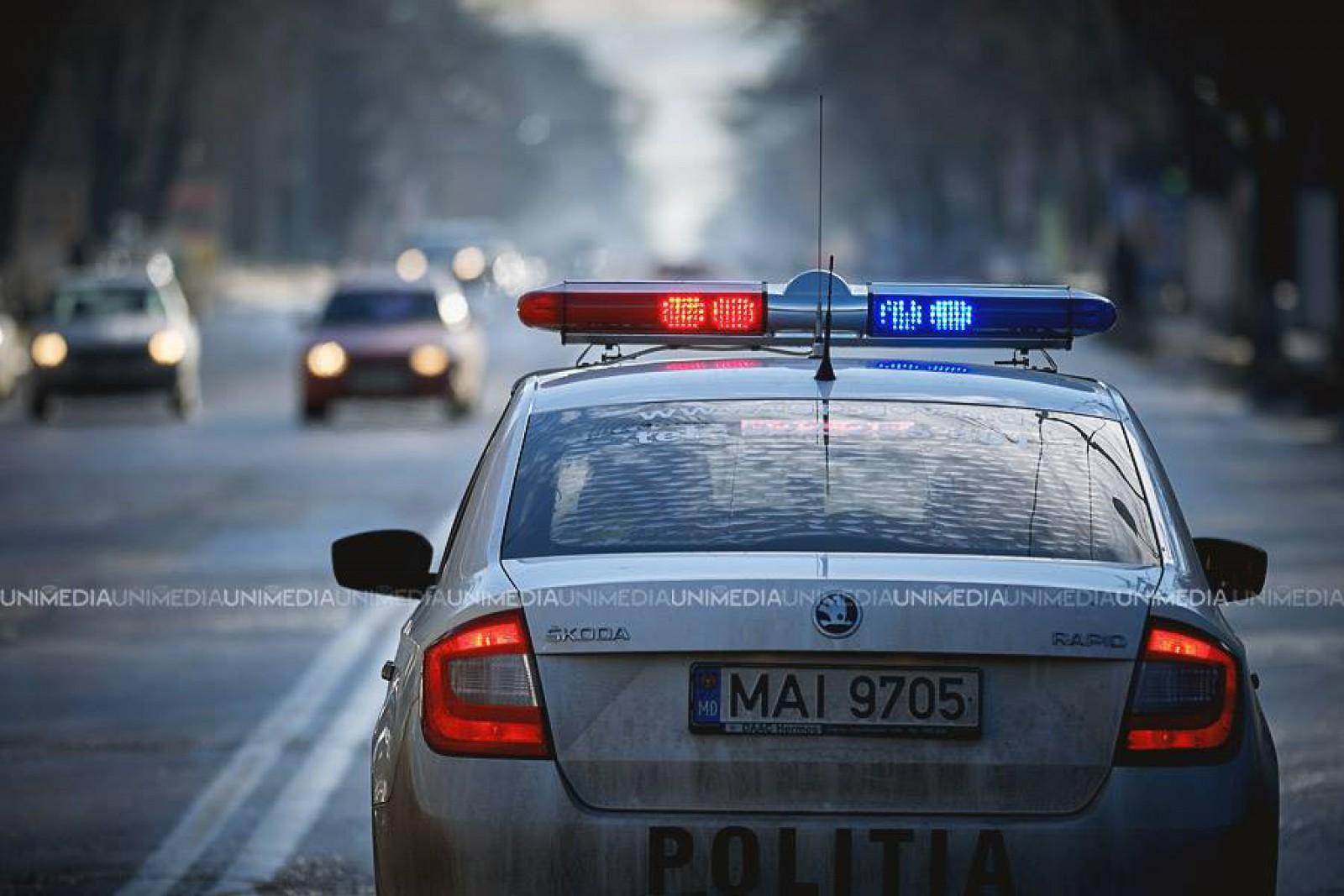 """(video) Un tânăr a intrat într-o maşină a INP """"crezând"""" că este un taximetru. Reacţia inspectorilor"""