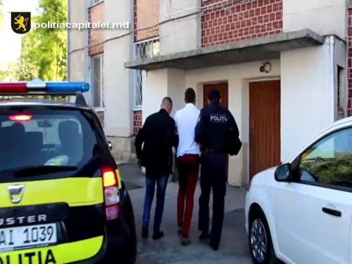 (video) Un tânăr de 22 de ani, reținut de polițiști: Ar fi pătruns într-o locuință, de unde a sustras mai multe bunuri
