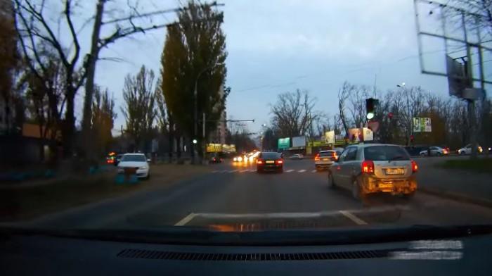 (video) Vinovatul şi încăpăţânatul. Doi şoferi din capitală s-au oprit şi au stat câteva minute într-o intersecţie