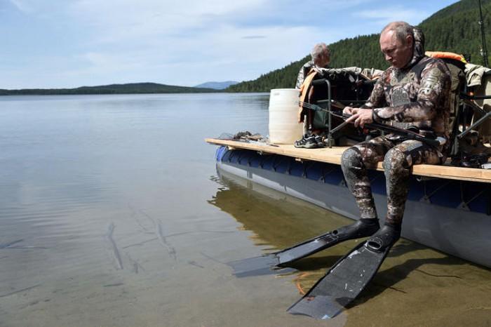 (video) Vladimir Putin a îmbrăcat costumul de scafandru şi s-a avântat în adâncurile unui lac siberian, iar după două ore a prins o știucă