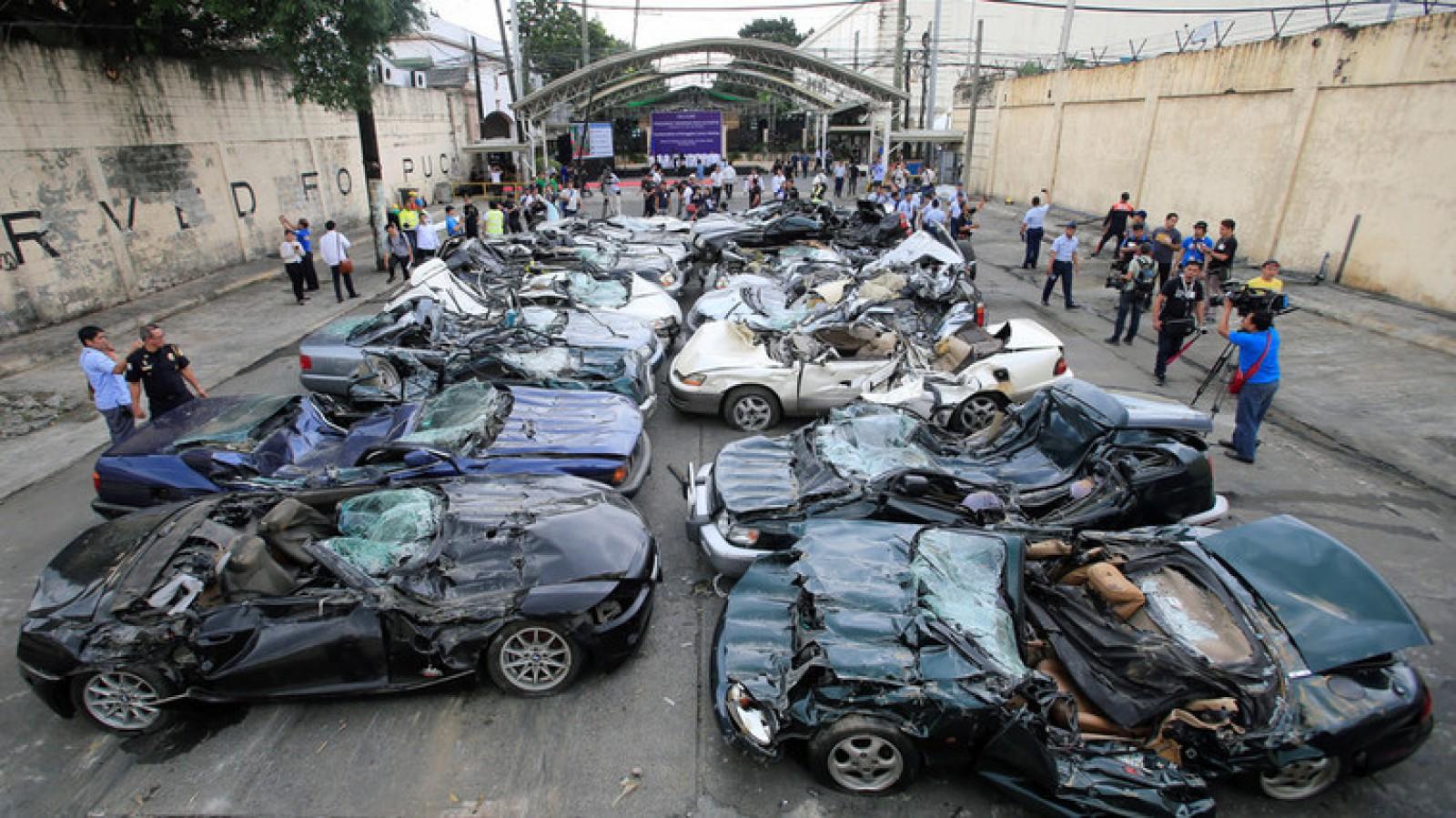 (video) Zeci de mașini de lux, distruse cu buldozerul