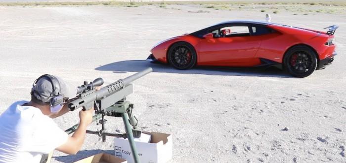 Videoclipul zilei: Un vlogger împuşcă doi pepeni verzi printr-un Lamborghini