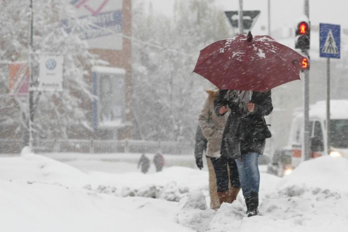 Viscol și ninsori puternice se așteaptă în țară. Din mașini nu trebuie să lipsească lopata, nisipul și lanțurile