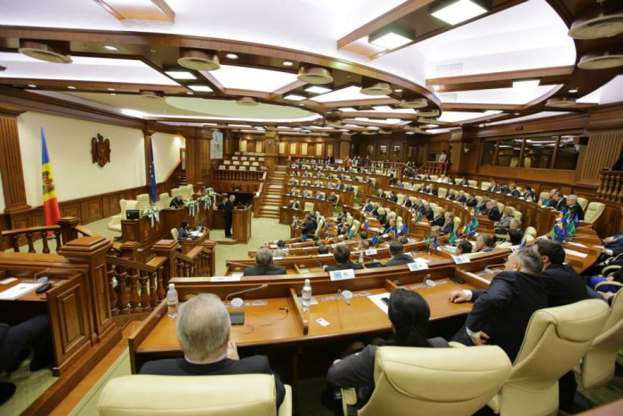 Votul de învestire a noului Guvern se amână pentru marți