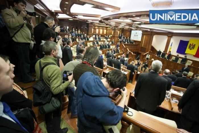 În dezbatere la Parlament: Concediu plătit de două săptămâni pentru tați la nașterea fiecărui copil