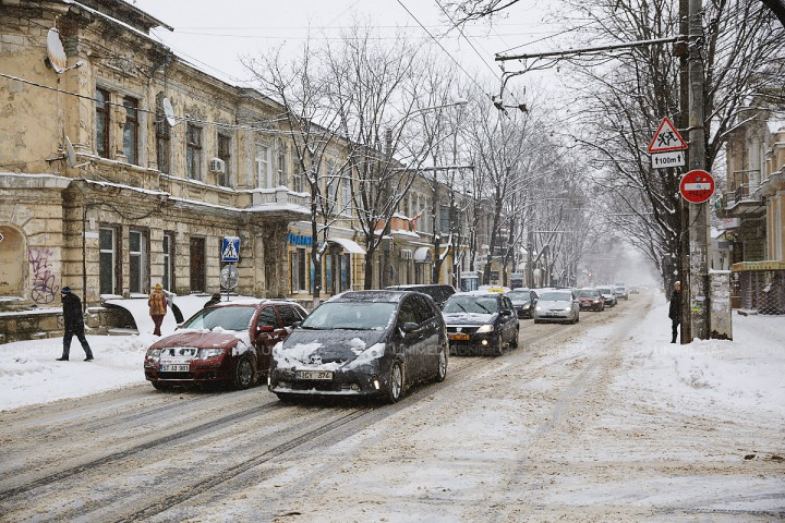 Atenție, șoferi, ghețuș și zăpadă pe șosea. Cum se circulă în Chișinău la primele ore ale dimineții