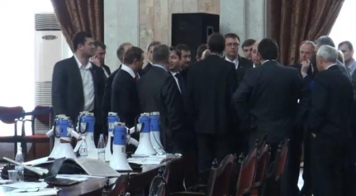 (video, foto) Show în Parlament: Comuniștii au conectat sirenele de la 10 megafoane
