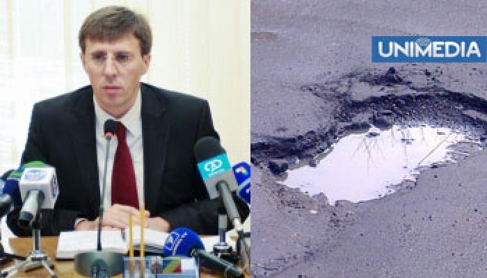 De ce sunt atâtea gropi pe drumurile din Chișinău? Primăria a rămas fără asfalt!
