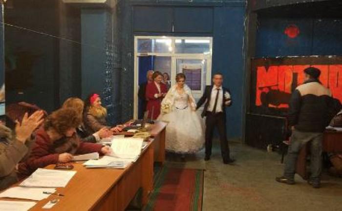 (foto) În drum spre nuntă, au trecut pe la secția de vot. O familie proaspăt formată din satul Mândrești, a mers cu tot alaiul la votare