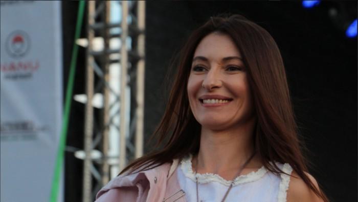 (foto) Angela Gonța, model pe podiumul de la MÂNDRIA. Prezentatoarea TV8 a defilat la IA Mania