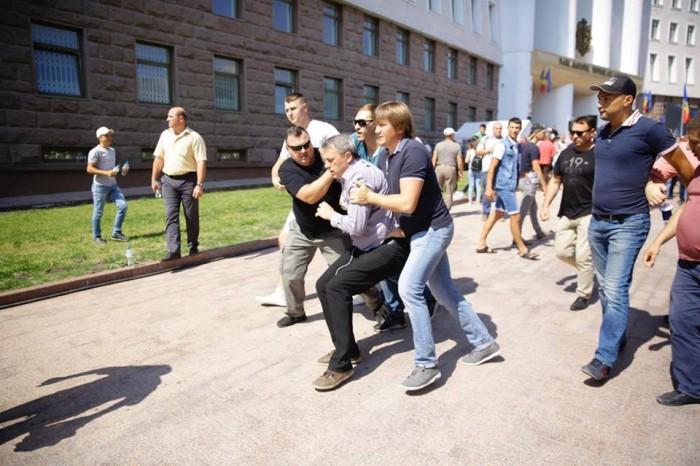 (foto) Dumitru Ciubașenco, îmbrâncit în fața Parlamentului. Ce spune vicepreședintele PN