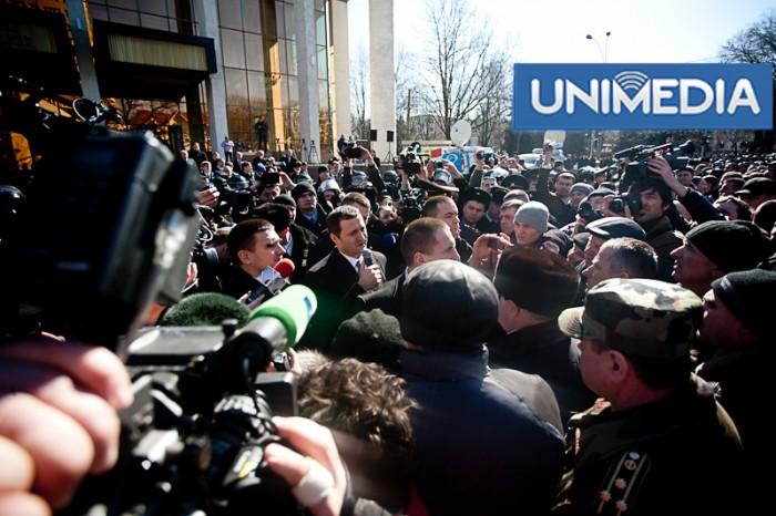 (foto) Filat a ieșit în fața mulțimii după demiterea din Parlament