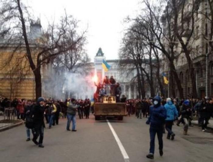 (foto) Kiev: Protestatarii pe buldozer iau cu asalt Administrația Președintelui