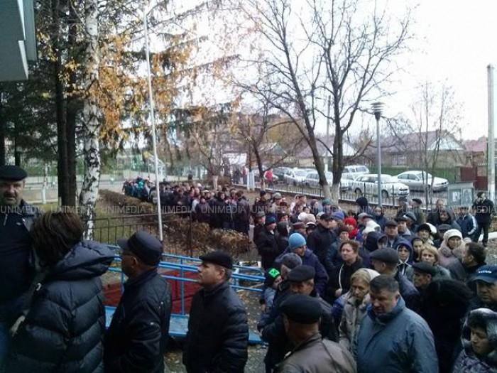 (foto) Mobilizare fără precedent la secțiile de vot din Varnița. Sute de moldoveni din stânga Nistrului au venit organizat, cu microbuzele