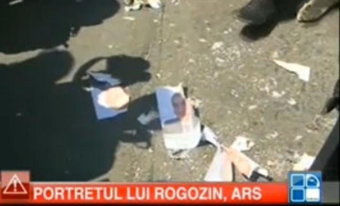 (foto) Portretul lui Rogozin, ars în fața Ambasadei Rusiei