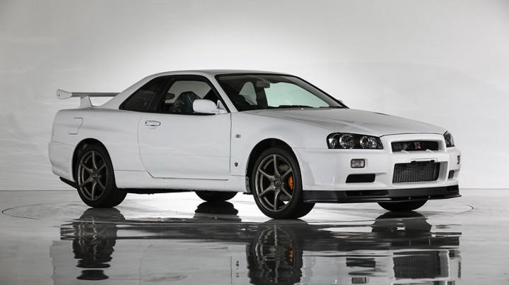 (foto) Se vinde un Nissan Skyline GT-R din 2002, cu doar 10 km parcurşi şi folii pe scaune din uzină
