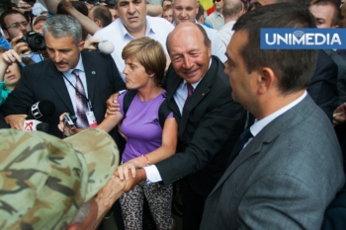 (video, foto) Traian Băsescu a făcut o baie de mulțime în centrul Chișinăului