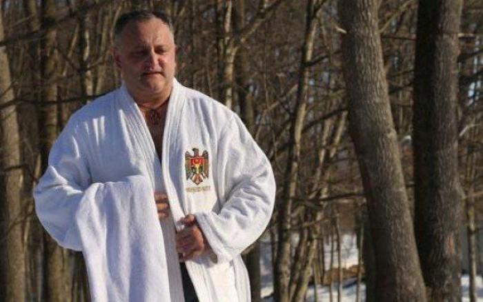 (video) Igor Dodon e gata să dăruiască halatul prezidențial: A fost un cadou din partea unei rude apropiate, dar îl dăruiesc