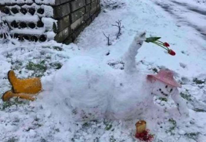 Imaginea zilei. Cu flori în mână și ouă roșii: Cum arată un om de zăpadă în aprilie