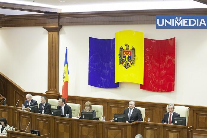 """Munteanu a cerut demontarea """"drapelului"""" din sala de ședințe a Parlamentului"""