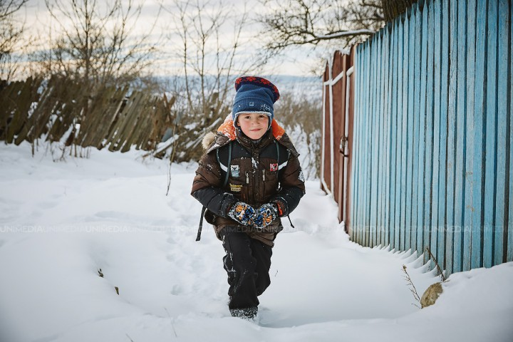 Peste 400 de elevi nu au ajuns astăzi la ore din cauza ninsorilor abundente. Gimnaziul din Antonești și-a sistat activitatea