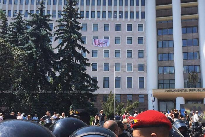 Poza zilei. Mesajul afișat pe clădirea Parlamentului
