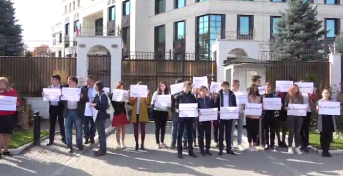 Protest în fața Ambasadei Rusiei de la Chișinău. Elevii din Transnistria au ținut să-i amintească lui Putin de hotărârile CEDO