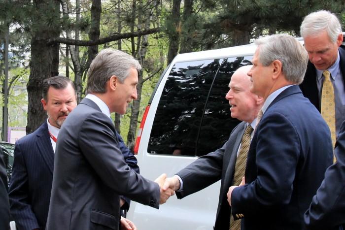 Senatorii americani, în frunte cu McCain, la Guvern
