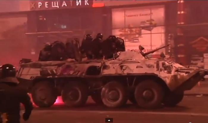 (video) YouTube: O mașină blindată, incendiată în Euromaidan
