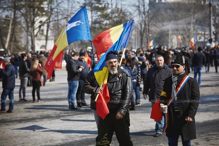 """(video) """"Dragnea-i din PSD? E tot același bandit ca la noi Plahotniuc"""". Ce cred moldovenii și românii despre unire"""