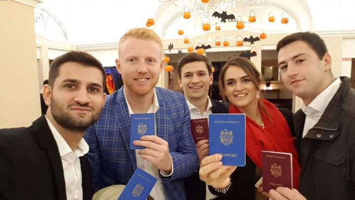 (video) Exemplu de la un grup de tineri din Dublin pentru cei de acasă: În drum spre nuntă au trecut și pe la secția de vot