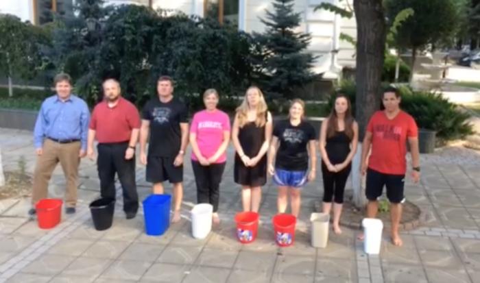 (video) Ice Bucket Challenge. Comunitatea americană din Chișinău s-a lăsat provocată de UNIMEDIA