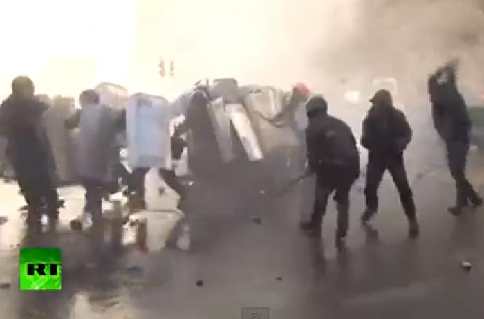 (video) IMAGINI violente: Ciocnirile de la Kiev dintre polițiști și protestatari