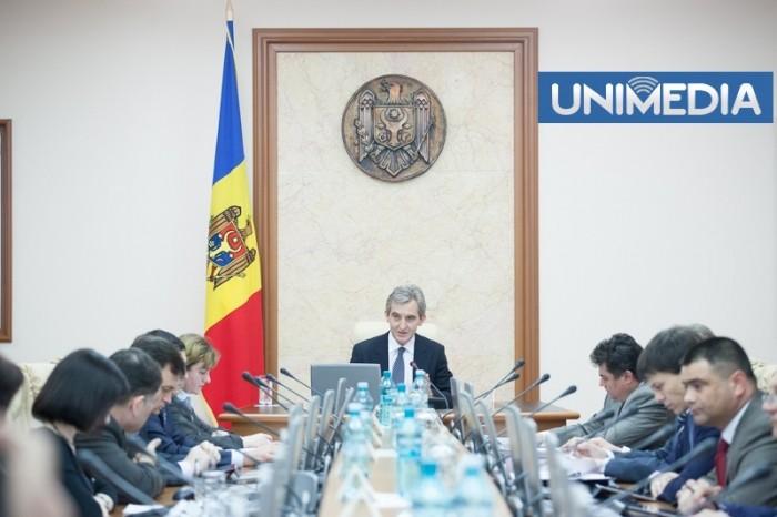 """(video) Membrii Cabinetului de miniștri, colindați """"cu măiestrie"""" de actorii Teatrului Național"""
