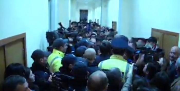 """(video) Primăria Chișinău, luată """"sub asediu"""" de protestatari"""