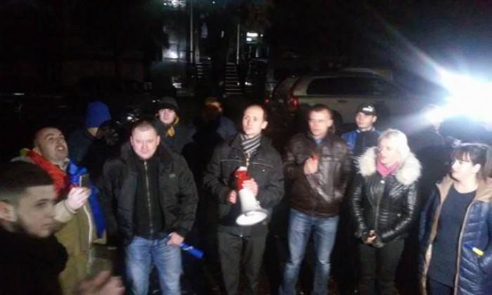 (foto, video) Ultima oră. Ora 24:00 Protestatarii s-au împărțit, unii la CEC, alții la Monumentul lui Ștefan cel Mare. Mai mulți polițiști au fost aduși la CEC