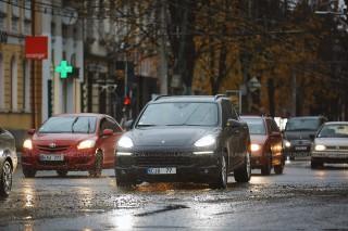 Atenție, șoferi: Flux majorat de transport la această oră în Chișinău. Pe ce trasee vor fi echipaje INP cu radare
