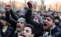 Ciocniri violente între poliție și protestatarii din Armenia. Există morți și răniți
