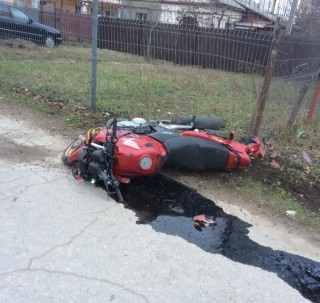 (foto) Accident în capitală: O motocicletă a fost aruncată de pe carosabil